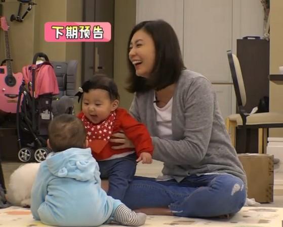 贾静雯女儿见到小男娃少女心爆棚忍不住的笑资讯生活